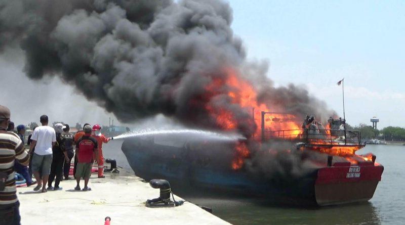 Kapal Motor Ludes Terbakar di Pelabuhan Mayangan Probolinggo