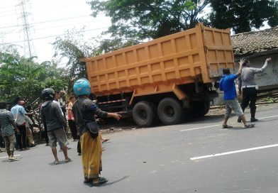 Diduga Sopir Ngantuk, Truk Tronton Sasak Motor dan Rumah di Pasuruan
