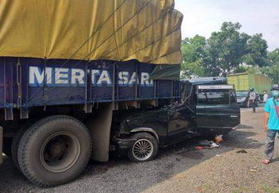Hantam Truk Parkir, 6 Penumpang Minibus Tewas