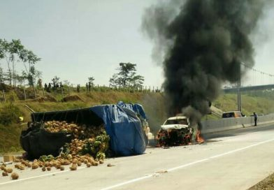 BREAKING NEWS: Innova Terbakar di Tol Mapan, Usai Terlibat Kecelakaan dengan Truk Muat Kelapa