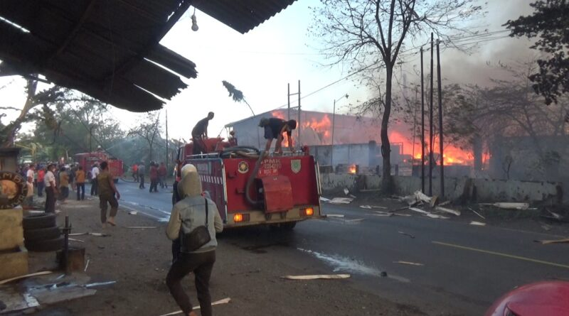 Pabrik Kayu Terbakar Hebat, Serpihan Bara Api Teror Warga Setempat