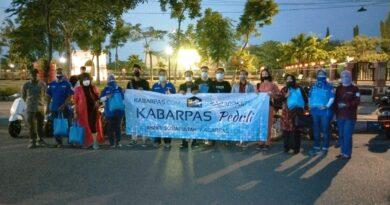 Bersama Komunitas Moge dan Vespa, Kabarpas Bagikan Paket Sembako untuk PKL dan Tukang Becak