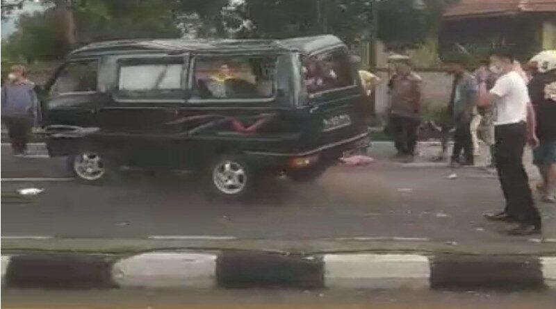 Carry Tabrak Pemotor dan Lampu Jalan di Purwodadi, 1 Tewas
